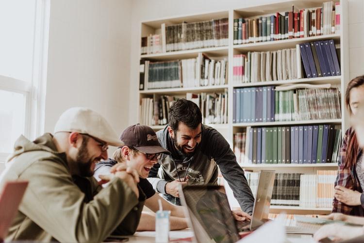 Educação de Mercado: como a tecnologia pode convencer e engajar seus clientes a utilizarem o manual do proprietário?